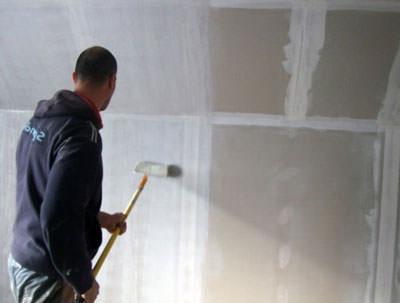 Когда нужно грунтовать стены до или после шпаклевки