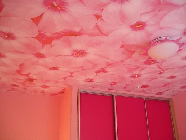 Дизайн потолка обоями фото